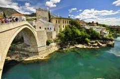 Ponte antico con il fiume qui sotto Fotografia Stock Libera da Diritti