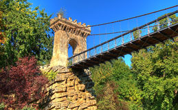 Ponte antico della roccia sopra il lago dal parco di Romanescu, Craiova, Romania fotografie stock libere da diritti