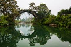 Ponte antico sopra il fiume di Yulong a Yangshuo Fotografia Stock