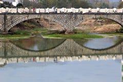 Ponte antico sopra il fiume nel villaggio Hongcun (Unesco), Cina Fotografia Stock