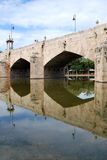 Ponte antico sul fiume immagini stock