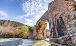 Ponte antiga maravilhosa sobre uma angra fotografia de stock