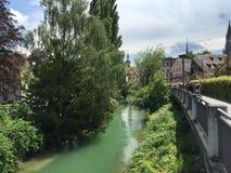 Ponte ao longo de um rio e das árvores Fotografia de Stock