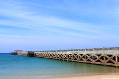 Ponte ao mar com céu claro fotos de stock