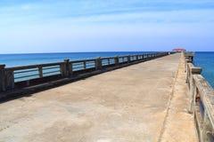 Ponte ao mar com céu claro imagens de stock