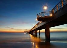 Ponte após o por do sol no versilia foto de stock