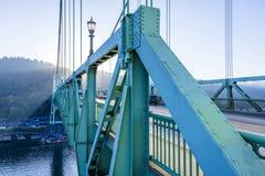 Ponte a arco della capriata di St Johns attraverso il fiume di Willamette in indu fotografia stock