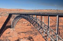 Ponte arqueada através de uma garganta Fotografia de Stock