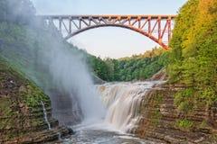 Ponte arqueada quedas da parte superior no Pa do estado de Letchworth Fotos de Stock Royalty Free