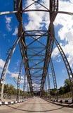 Ponte arqueada velha do metal fotografia de stock royalty free