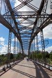 Ponte arqueada velha do metal fotografia de stock