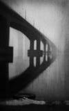 Ponte assustador na névoa foto de stock royalty free