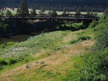 Ponte através de rio curvado fotografia de stock