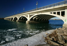 Ponte através do rio de Detroit Imagens de Stock Royalty Free
