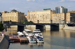 A ponte através do rio de Moscovo imagens de stock