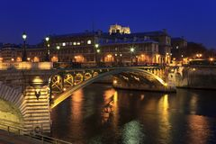 Ponte através do rio de Seine, Paris, France Imagens de Stock Royalty Free