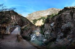 A ponte através do rio na garganta de Colca, Peru do sul Imagem de Stock Royalty Free