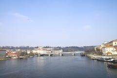 O rio de Vltava é no centro de Praga velha Imagem de Stock