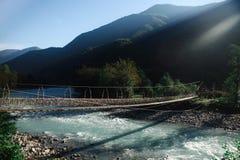 Ponte attraverso il fiume della montagna Fotografia Stock