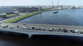 Ponte attraverso il grande fiume con il pullin della chiatta e dell'acqua blu su nella grande città video d archivio
