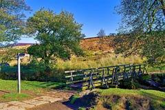 Ponte attraverso il ruscello di Burbage, vicino alla gola di Padley, Grindleford, East Midlands fotografia stock libera da diritti