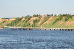 Ponte attraverso l'ampio fiume e l'alta banca Fotografia Stock Libera da Diritti
