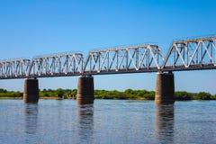 Ponte attraverso un ampio fiume Immagine Stock Libera da Diritti