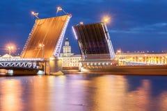 A ponte aumentada do palácio nas noites brancas Imagem de Stock
