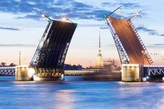 A ponte aumentada do palácio nas noites brancas Fotos de Stock Royalty Free