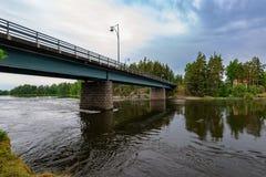 Ponte automobilistico sopra il fiume di Kymijoki al giorno nuvoloso di estate Fi immagine stock