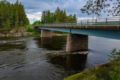 Ponte automobilistico sopra il fiume di Kymijoki al giorno nuvoloso di estate Fi fotografia stock libera da diritti