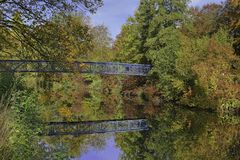 Ponte azul cercada por árvores coloridas Fotografia de Stock