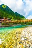 Ponte Azusa Mountains do Kappa do baixo ângulo de Kamikochi V Foto de Stock