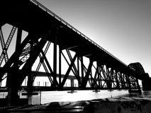 A ponte B&W do trem fotografia de stock royalty free