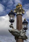 Ponte blu di Blauwbrug a Amsterdam colonne decorate con le lanterne Le cime delle colonne sono coronate con le corone dell'Au Fotografia Stock Libera da Diritti