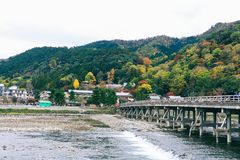Ponte bonita de Togetsukyo em Arashiyama Kyoto Japão na estação do outono imagens de stock