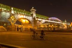 A ponte bonita longa através do rio na noite fotos de stock