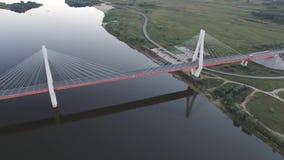 Ponte bonita sobre o rio A ponte nos cabos é estrada video estoque