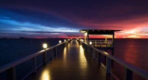 Ponte boscoso nel portalong dell'isola della spiaggia il tempo di tramonto Fotografia Stock