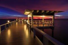 Ponte boscoso nel portalong dell'isola della spiaggia il tempo di tramonto Immagine Stock
