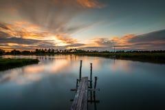 Ponte boscoso nel porto al tramonto Immagini Stock Libere da Diritti