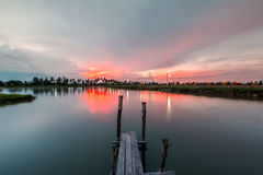 Ponte boscoso nel porto al tramonto Fotografie Stock Libere da Diritti