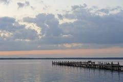 Ponte boscoso nel porto fra alba. fotografie stock libere da diritti