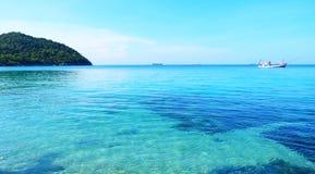 Ponte branca bonita no mar fotos de stock royalty free