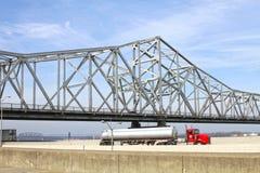Ponte branca do rio da estrada Imagens de Stock Royalty Free