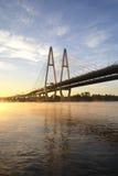 ponte Cabo-apoiada através do rio Neva Fotografia de Stock