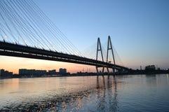 ponte Cabo-apoiada através do rio Neva Fotografia de Stock Royalty Free