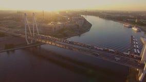 A ponte cabo-ficada no por do sol video estoque