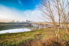 ponte in campagna nebbiosa Immagine Stock