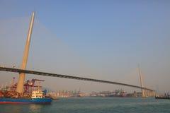ponte in cantiere navale sotto gli scalpellini Immagini Stock Libere da Diritti